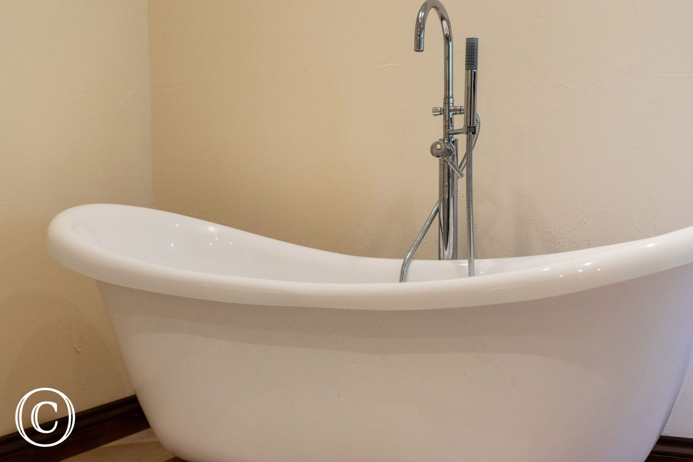 Stylish roll top bath