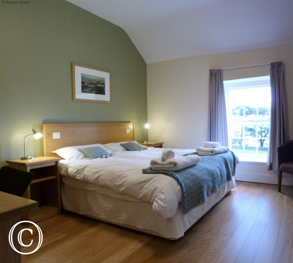 Bedroom 2 - Spacious double bedroom with king size bed & sea view