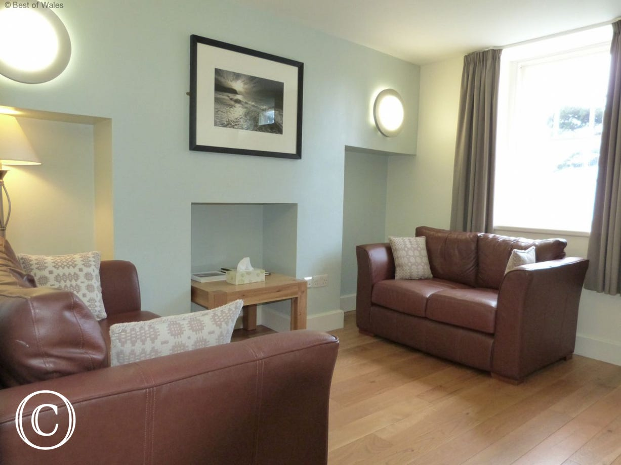 Cosy lounge with oak furniture, leather sofas & underfloor heating