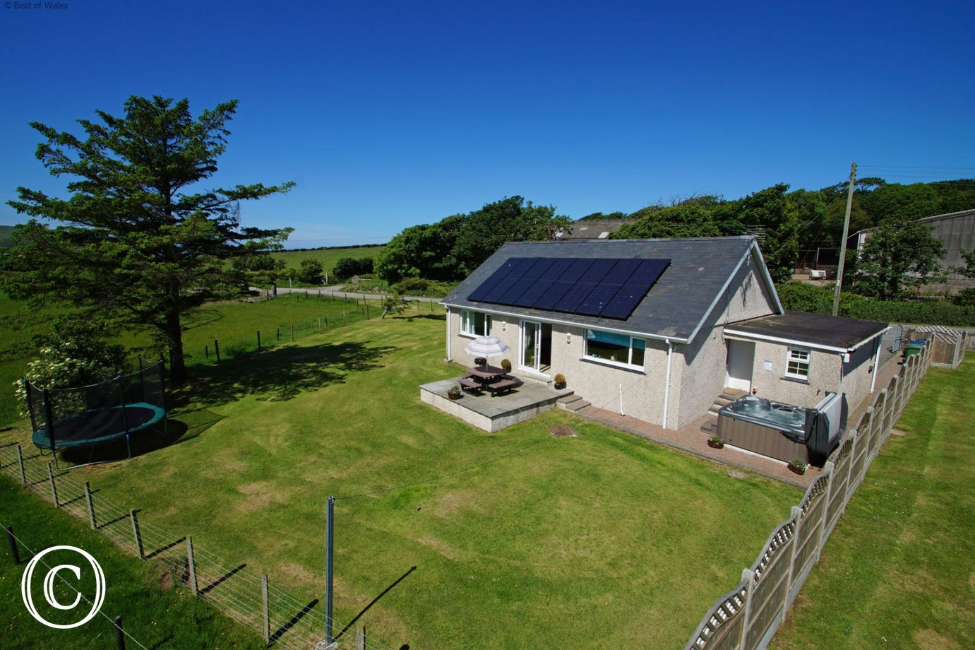 Detached, 5 star cottage - hot tub and walking distance to sandy beach