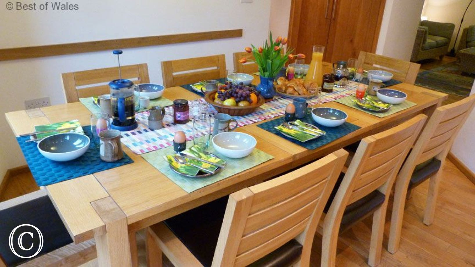 5 star self catering Brecon Beacons - diner  table