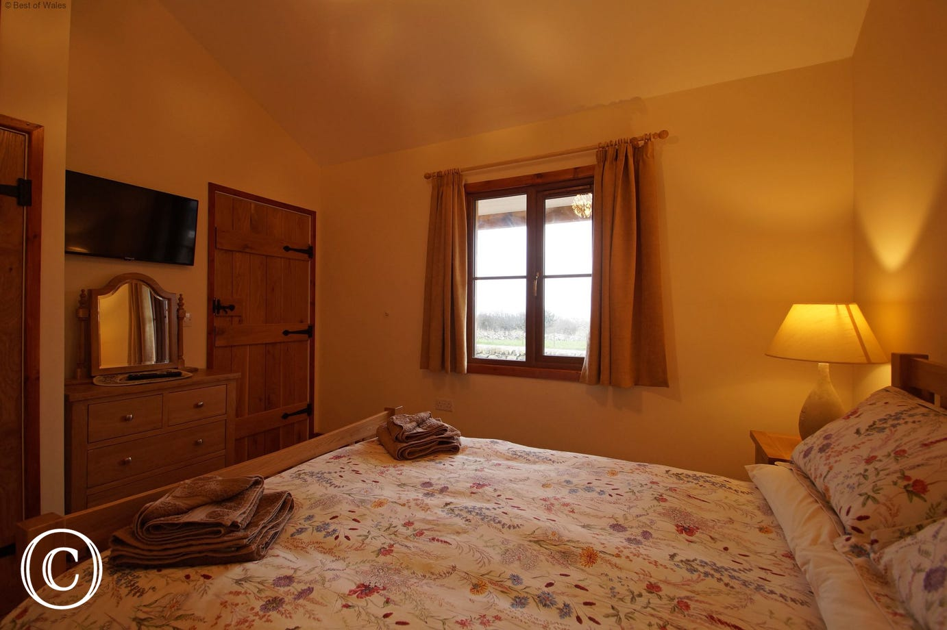 Barmouth self catering accommodation - double bedroom with TV