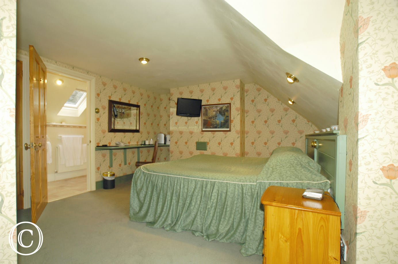 Second, large en-suite bedroom with king-sized bed (or two singles)