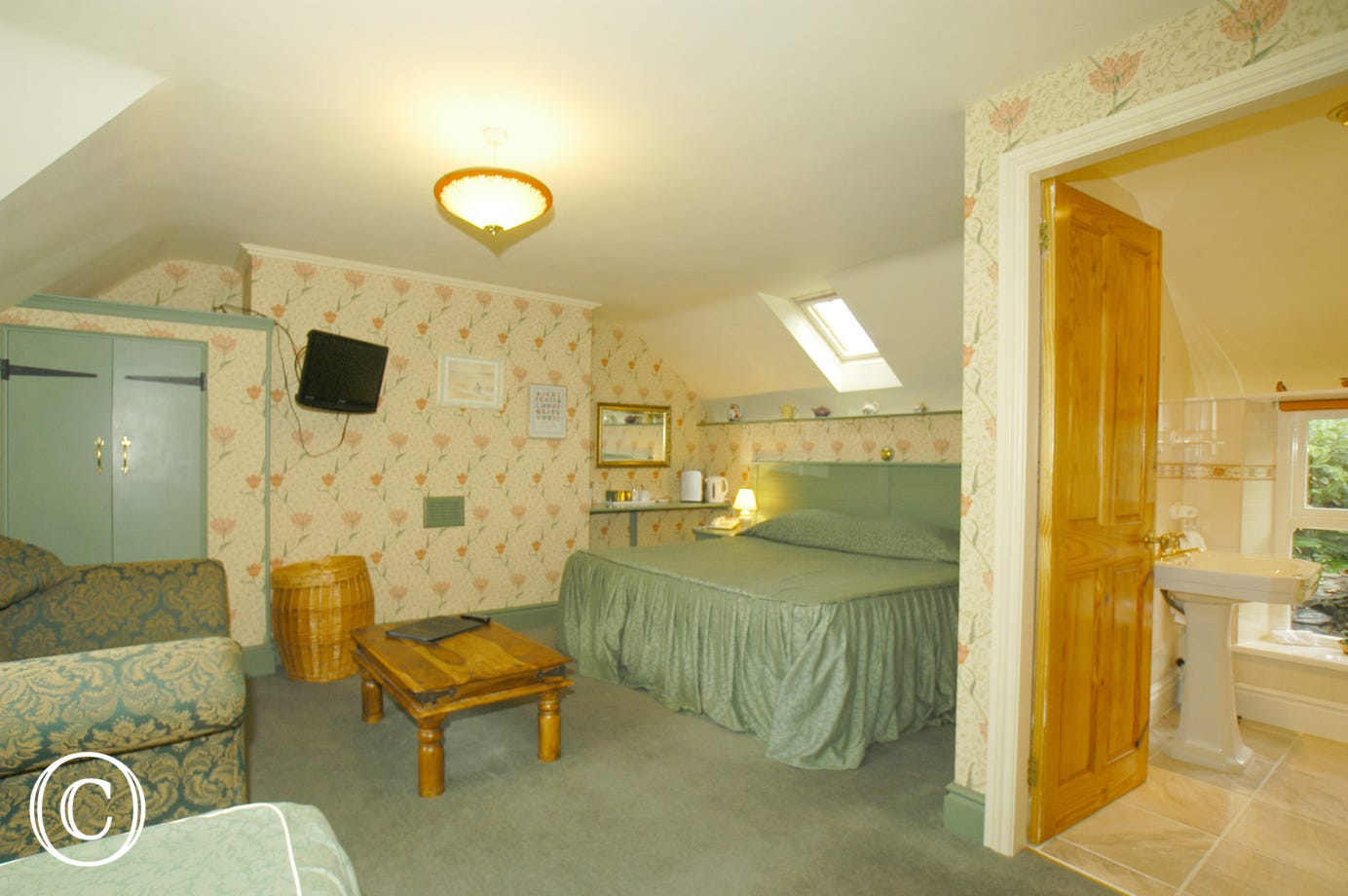 Generous en-suite bedroom with king-sized bed, single bed & sofa