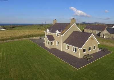 Spacious Llyn Peninsula holiday accommodation with sea views