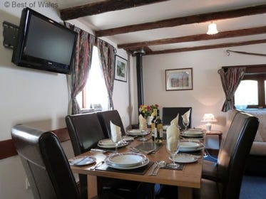 Enjoy a taste of Wales at this welcoming Aberdovey holiday cottage